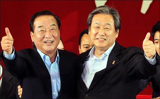 김무성 자유한국당 의원이 지난 2014년 7·14 전당대회에서 새누리당 대표최고위원으로 선출된 직후, 차점자인 서청원 의원의 축하를 받고 있다. ⓒ데일리안 박항구 기자