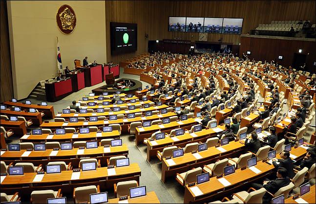 7일 저녁 새해 예산안과 200여건의 법안을 처리하게 될 2018년도 정기국회 마지막 본회의에서 바른미래당, 민주평화당, 정의당 등 야3당이 불참하고 더불어민주당과 자유한국당 의원들만 참석한 가운데 진행되고 있다. ⓒ데일리안 박항구 기자