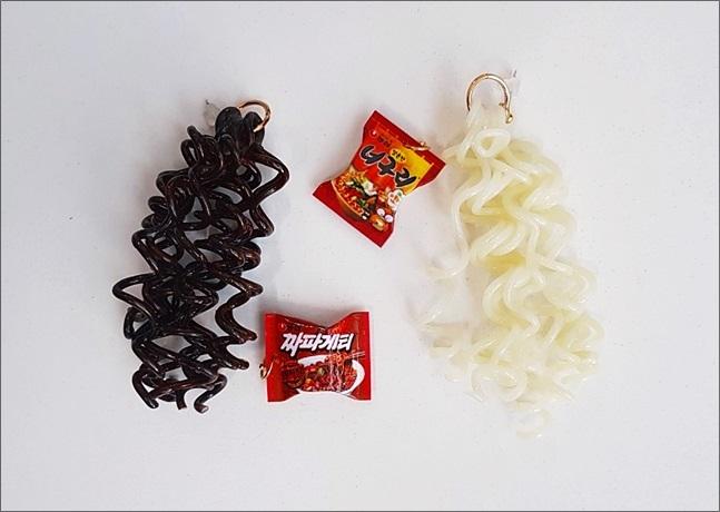 SNS에서 화제가 되고 있는 짜파게티 귀걸이/ 너구리 귀걸이. ⓒ 소셜콘치