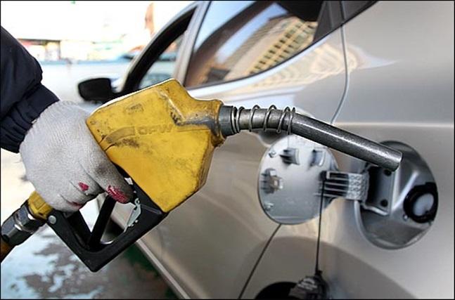 국제유가가 두 달 사이 절반 수준으로 떨어졌지만 국내 휘발유값 하락 폭은 10%대에 그친 것으로 나타났다.(자료사진)ⓒ데일리안