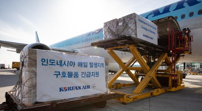 대한항공은 26일 인천국제공항에서 인도네시아 자카르타로 출발하는 여객기를 통해 인도네시아 쓰나미 이재민에게 구호품을 지원한다. 사진은 구호품을 항공기에 싣는 모습.ⓒ대한항공