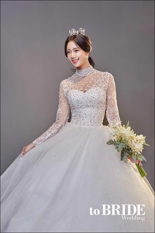 결혼을 발표한 방송인 겸 배우 클라라의 웨딩드레스 화보가 공개됐다.ⓒ투브라이드 웨딩