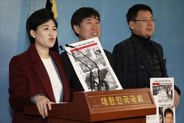10일 국회 본청 정론관 기자회견장에서 하태경 바른미래당 의원이 보수논객 지만원 씨가 5.18 광주민주화운동 당시 남파됐다고 주장한 북한특수군(광수)으로 지목된 탈북자들과 기자회견을 갖고 있다. ⓒ데일리안 홍금표 기자