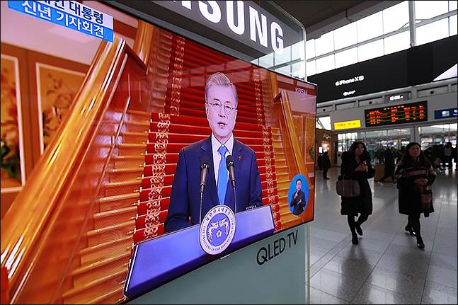 10일 오전 서울역 대합실에서 시민들이