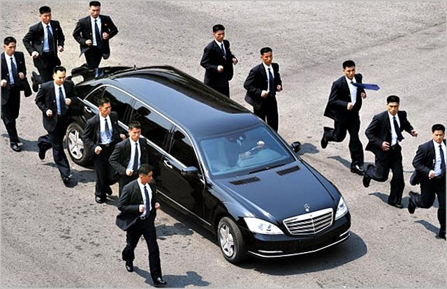 지난해 4월 판문점 평화의집에서 1차 남북정상회담이 진행되는 가운데 김정은 북한 국무위원장이 탑승하고 있는 차량을 12명의 경호원들이 둘러싸고 있다. ⓒ한국공동사진기자단