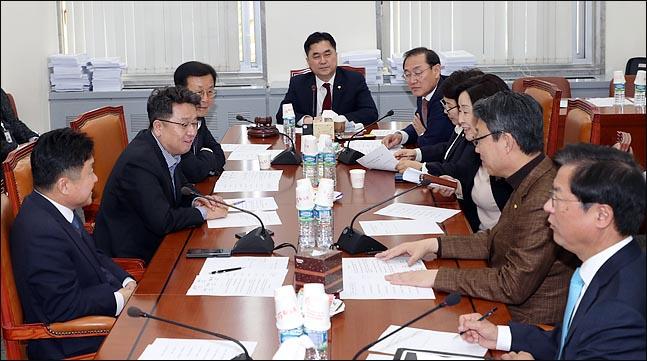18일 국회에서 여야 5당이 합의한 선거제 개편을 논의하기 위한 국회 정치개혁특별위원회 제1소위원회 첫 회의가 김종민 제1소위위원장과 여야 의원들이 참석한 가운데 진행되고 있다. ⓒ데일리안 박항구 기자