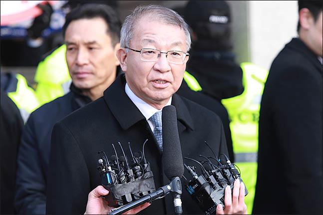 사법농단 의혹을 받고 있는 양승태 전 대법원장이 검찰 소환조사를 앞두고 11일 오전 서울 서초구 대법원 앞에서 입장발표를 하고 있다. ⓒ데일리안 류영주 기자