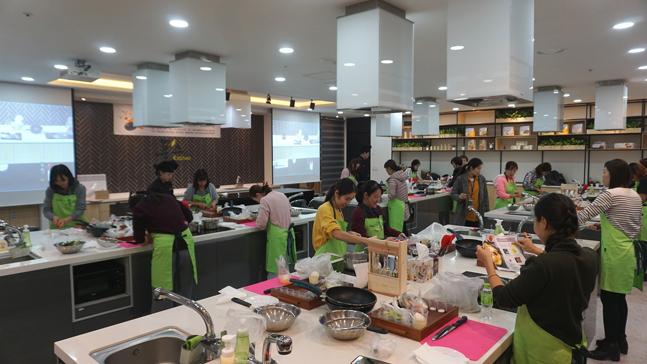 풀무원 계열 식자재 유통기업 푸드머스가 대전 중구에 있는 푸드머스 쿠킹스튜디어