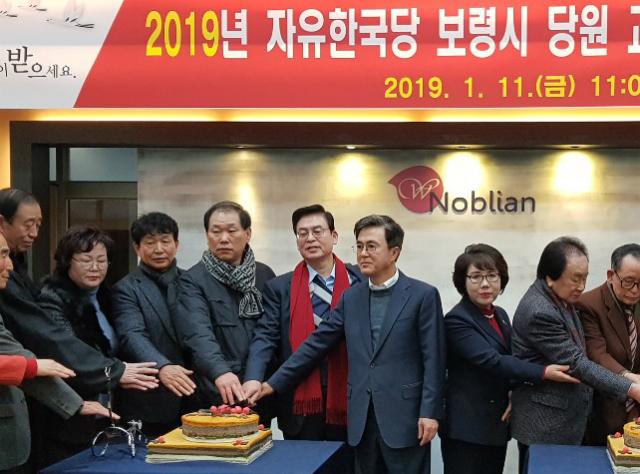 자유한국당 정우택 의원과 김태흠 의원이 11일 오전 충남 보령에서 열린 보령시 당협 신년인사회에 함께 참석해 있다. ⓒ정우택 의원실 제공