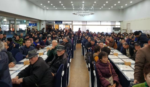 자유한국당 충남도당 소속 당원들이 11일 열린 정우택 의원의 당원간담회에 참석해 정 의원의 발언을 경청하고 있다. ⓒ정우택 의원실 제공