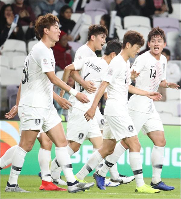 키르기스스탄과의 경기에서 홍철의 어시스트를 받은 김민재가 첫 골을 넣고 축하를 받고 있다. ⓒ 연합뉴스