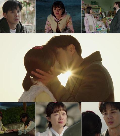 '순백커플' 김지석, 전소민이 로맨틱한 일출 키스로 서로의 마음을 확인했다. ⓒ tvN