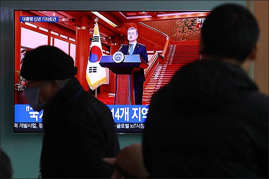 지난 10일 오전 서울 용산구 서울역 대합실에서 시민들이