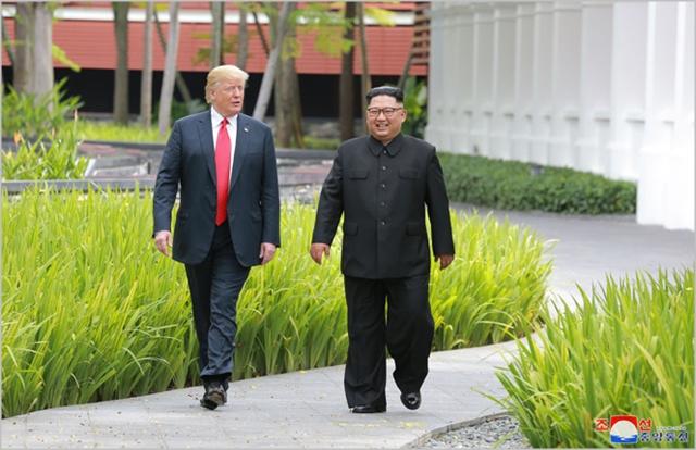 도널드 트럼프 미국 대통령(왼쪽)과 김정은 북한 국무위원장이 지난 6월 싱가포르에서 회동하고 있다. ⓒ조선중앙통신