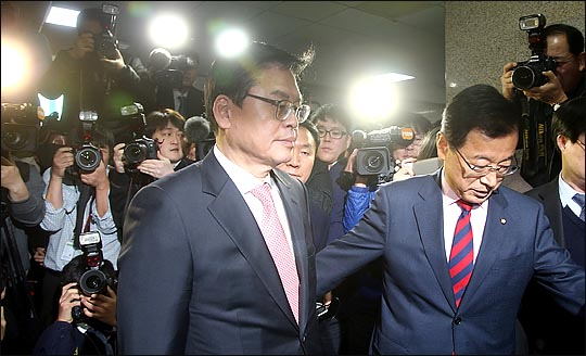 2·27 자유한국당 전당대회의 유력 당권주자인 정우택 의원이 지난 2016년 12월 19일 원내대표 선출 직후 더불어민주당 원내대표실을 예방했다가 문조차 열어주지 않는 박대를 당하고 있다. 당시 정우택 의원은 속으로 이를 악물며