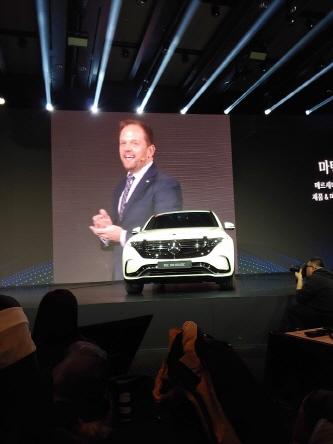 마틴슈츠 제품&마케팅 부사장이 올해 출시하는 순수 전기차 EQC에 대해 소개하고 있다.ⓒ데일리안 조인영 기자