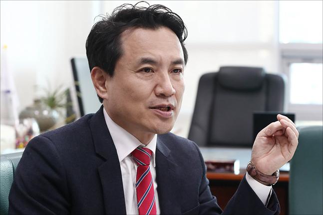 다가오는 자유한국당 2.27 전당대회 유력 당권주자중 한명인 김진태 자유한국당 의원이 17일 오후 국회 의원회관에서 데일리안과 인터뷰를 갖고 있다. ⓒ데일리안 홍금표 기자