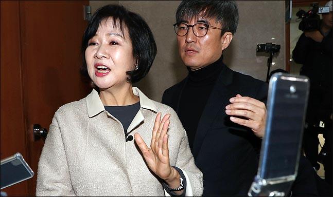 부동산 투기 의혹을 받고 있는 손혜원 더불어민주당 의원이 20일 국회 정론관에서 탈당과 향후 대응 계획을 밝힌 뒤 기자들의 질문에 답변하고 있다. ⓒ데일리안 박항구 기자
