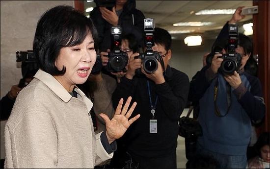 손혜원 더불어민주당 의원이 20일 오전 국회 정론관에서 탈당과 향후 대응 계획을 밝힌 뒤 기자들의 질문에 답변하고 있다.ⓒ데일리안 박항구 기자