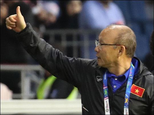 아시안컵 요르단과의 16강전에서 승부차기 끝에 승리를 거둔 베트남 박항서 감독이 관중들을 향해 엄지를 치켜세우고 있다. ⓒ 연합뉴스