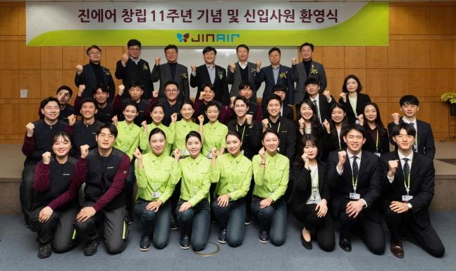 진에어 직원들이 22일 서울 강서구 등촌동 본사 대강당에서 개최된 창립 11주년 기념행사를 마친 뒤 기념촬영을 하고 있다.ⓒ진에어