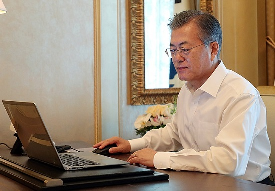 문재인 대통령의 국정지지율이 소폭 하락했다. 정치권을 강타한 손혜원 논란의 여파라는 분석이다.(자료사진)ⓒ청와대