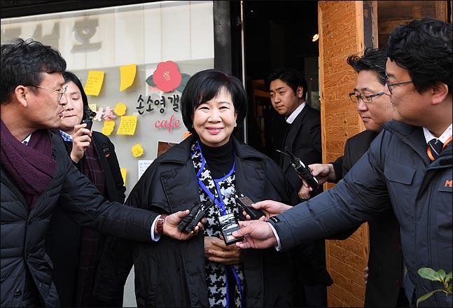 더불어민주당을 탈당한 손혜원 의원이 23일 전남 목포에서 조카 소영 씨의 카페를 찾은 뒤, 취재진의 질문에 답하고 있다. ⓒ데일리안 박항구 기자