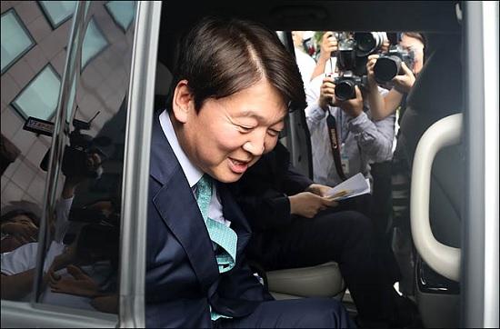 안철수 바른미래당 전 서울시장 후보가 12일 오후 서울 여의도의 한 카페에서 기자간담회를 열고 정치 일선에서 물러나 성찰과 채움의 시간을 갖겠다고 밝힌 뒤 차량에 탑승하고 있다.(자료사진)ⓒ데일리안