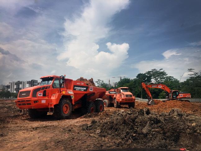 두산인프라코어가 싱가포르 토목건설회사 KTC에 굴절식 덤프트럭 30대 공급계약을 체결했다. KTC는 지난해 20대 공급에 이어 이번 계약건까지 총 73대의 두산인프라코어 ADT를 운용하게 된다.ⓒ두산인프라코어