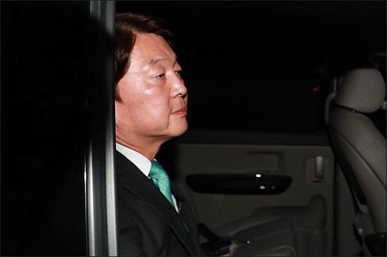 안철수 바른미래당 서울시장 후보가 13일 오후 서울 여의도 당사에서 6·13 지방선거 방송사 출구조사 결과에 대한 입장을 발표 후 당사를 빠져나가고 있다.(자료사진)ⓒ데일리안 류영주 기자