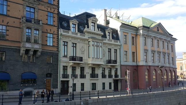 국회의사당 바로 맞은 편 스톡홀름 스트룀가탄 18번지에 있는 스웨덴 총리 공관. 가운데 건물 3층과 4층이 세계 최고의 복지를 자랑하는 강소국 스웨덴 총리의 공관이다.ⓒ이석원 제공