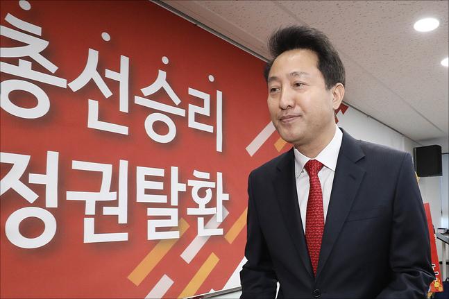 """오세훈 자유한국당 미래비전위원장이 지난 7일 """"박근혜 전 대통령을 극복해야 한다""""는 내용의 2·27 전당대회 출마선언을 마친 뒤, 당사를 떠나고 있다. ⓒ데일리안 홍금표 기자"""