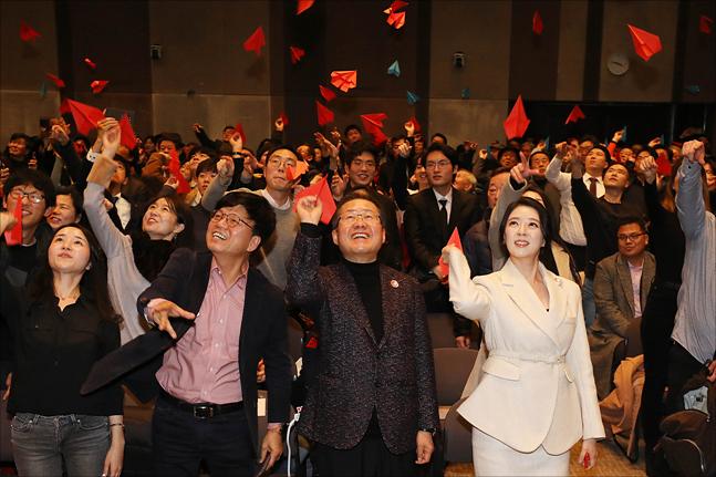 홍준표 자유한국당 전 대표가 지난해 12월 26일 서울 프레스센터에서 싱크탱크 프리덤코리아 창립식을 마친 뒤, 참석자들과 함께 종이비행기를 날리고 있다. ⓒ데일리안 홍금표 기자