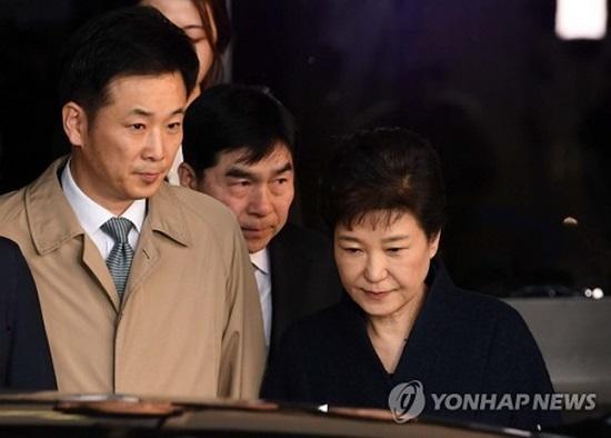 박근혜 전 대통령이 지난 2017년 3월 22일 서울 서초동 서울중앙지방검찰청에서 조사를 받은 뒤 유영하 변호사와 함께 청사를 등지고 있다. ⓒ연합뉴스