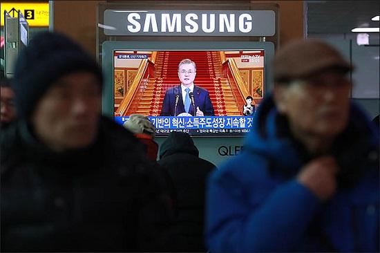 지난 1월 10일 오전 서울 용산구 서울역 대합실에서 시민들이