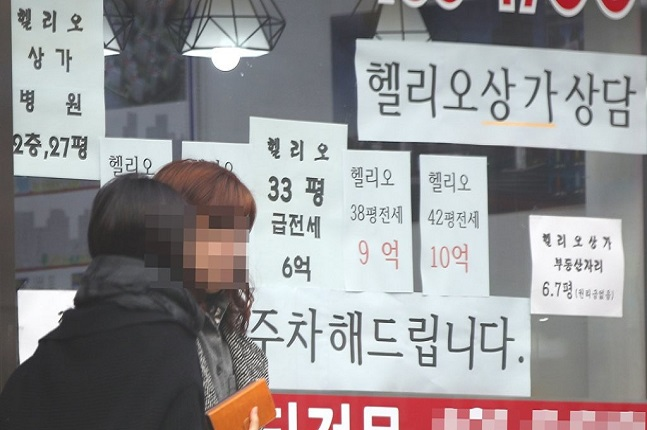 오는 4월 공동주택 공시가격 발표를 앞두고 아파트 다주택자들의 움직임에 귀추가 주목된다. 서울의 한 공인중개업소 모습.ⓒ연합뉴스
