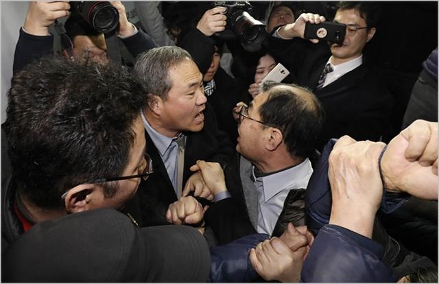 지난 8일 국회 의원회관에서 '5.18 진상규명 대국민공청회'가 개최된 가운데 보수단체 관계자들과 5.18 관련단체 관계자들이 몸싸움을 벌이고 있다. ⓒ데일리안 홍금표 기자