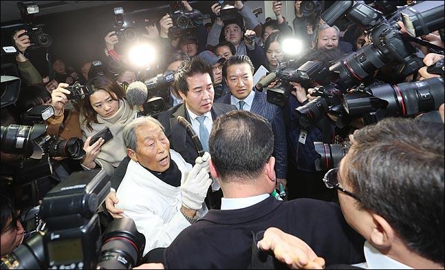 5.18 민주화운동 단체 회원들이 11일 오후 국회 정론관에서