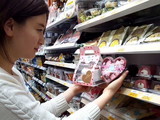 한 여성 고객이 GS25에서 밸런타인, 화이트데이 시즌 한정상품으로 출시된 디저트를 살펴보고 있다.ⓒGS25