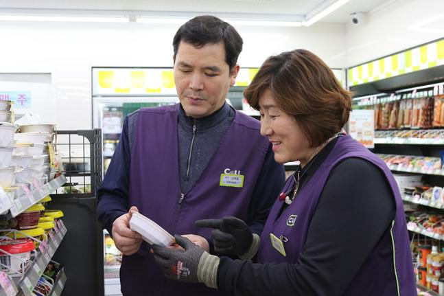 김은희 대표점주(오른쪽)와 신태철 점주가 상품 진열을 하고 있다.ⓒCU
