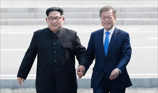 남북정상회담이 열린 지난해 4월 27일 판문점에서 문재인 대통령과 김정은 북한 국무위원장이 함께 군사분계선을 넘어 남측으로 넘어오고 있다. ⓒ한국공동사진기자단