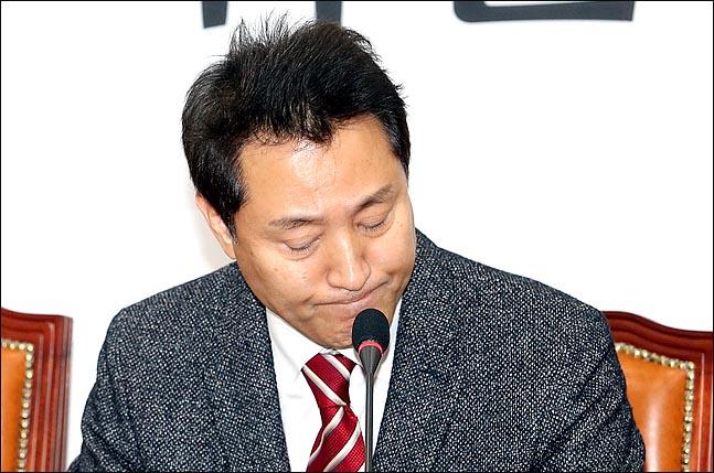 오세훈 자유한국당 미래비전위원장이 12일 오전 국회에서 2.27 전당대회 보이콧을 철회하고 당대표 경선 출마를 재차 밝힌 뒤 기자들의 질문을 들으며 입을 굳게 다물고 있다. ⓒ데일리안 박항구 기자