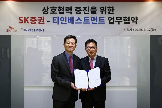 왼쪽부터 김신 SK증권 사장, 김태훈 티인베스트먼트 대표ⓒSK증권