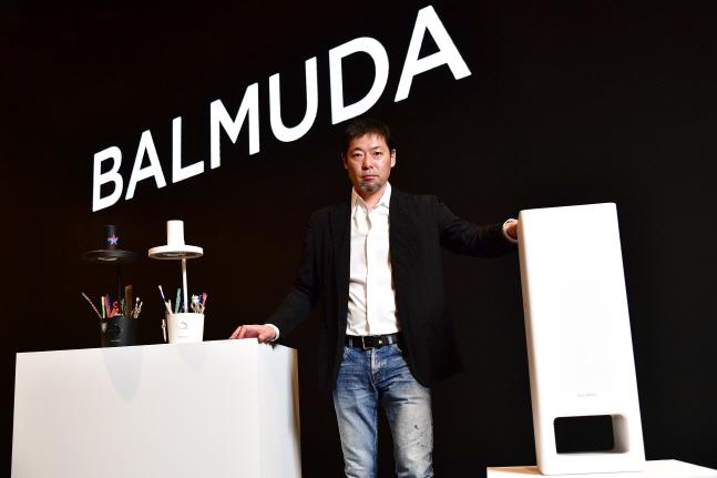테라오 겐 발뮤다 창립자 겸 최고경영자(CEO)가 12일 서울 용산 드래곤시티호텔에서 열린 기자간담회에서 공기청정기 신제품을 소개하고 있다.ⓒ발뮤다