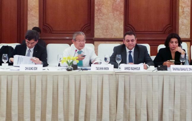 권태신 전국경제인연합회 부회장(왼쪽에서 두 번째)이 12일(현지시간) 인도 뉴델리에서 개최된 세계 순수민간경제단체연합(GBC) 5차 총회에서 발언하고 있다.ⓒ전국경제인연합회