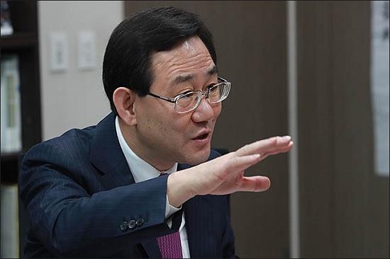 주호영 자유한국당 의원은 12일 오후 2·27 전당대회에 불출마하겠다는 입장을 최종적으로 밝혔다. 홍준표 전 대표의 불출마에 이어 주 의원마저 불출마하면서