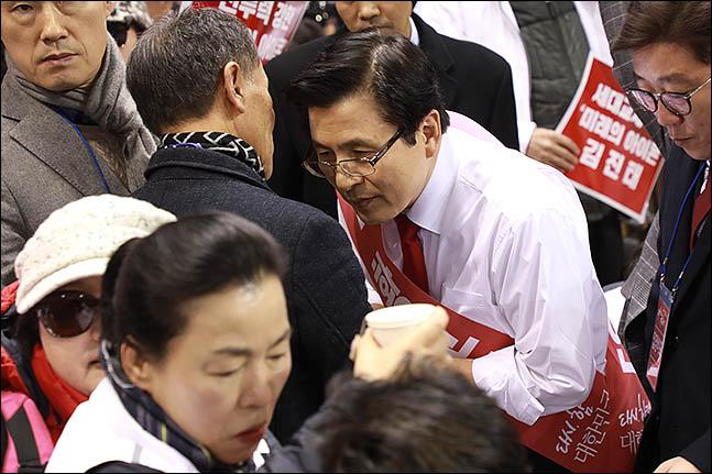 2·27 자유한국당 전당대회 황교안 당대표 후보가 14일 첫 합동연설회가 열린 대전 한밭체육관에서 연설회에 앞서 청중석을 돌며 당원들과 접촉하고 있다. ⓒ데일리안 류영주 기자