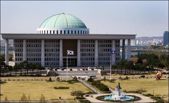 국회가 '입법'이라는 본연의 역할은 제대로 하지 못하면서, 의원이나 보좌진들의 논란만 생산하고 있다는 지적이 제기된다. 사진은 국회의사당 전경. ⓒ데일리안