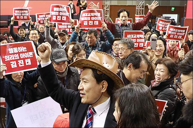 2·27 자유한국당 전당대회 당대표 후보 김진태 의원이 지난 14일 대전한밭체육관에서 열린 충청·호남권 합동연설회장에서 지지자들을 몰고다니고 있다. ⓒ데일리안 류영주 기자