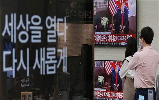 북미정상회담이 열린 지난해 6월 12일 오전 서울 용산구 전자랜드에서 김정은 북한 국무위원장과 도널드 트럼프 미국 대통령의 북미정상회담이 텔레비전으로 중계되고 있다. ⓒ데일리안 홍금표 기자